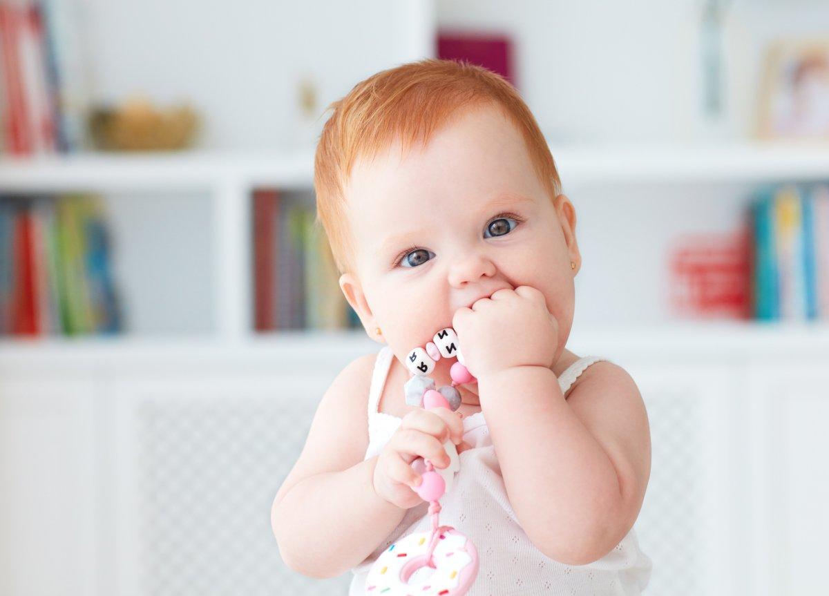 Zanim pojawią się mleczaki, rodzic co najmniej dwa razy dziennie powinien przemywać dziąsła dziecka.